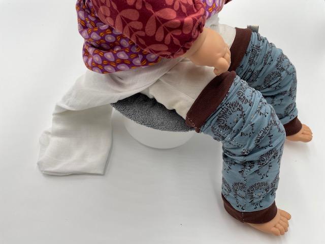 Position du Carré HNI quand bébé est sur le pot. Il vous faudra maintenir bébé en position accroupie, cette photo permettant juste de mieux visualiser comment se servir du Carré HNI.